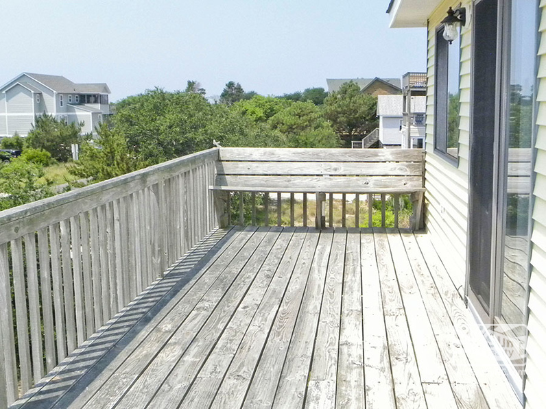 Built-In Seating on Top-Level Deck