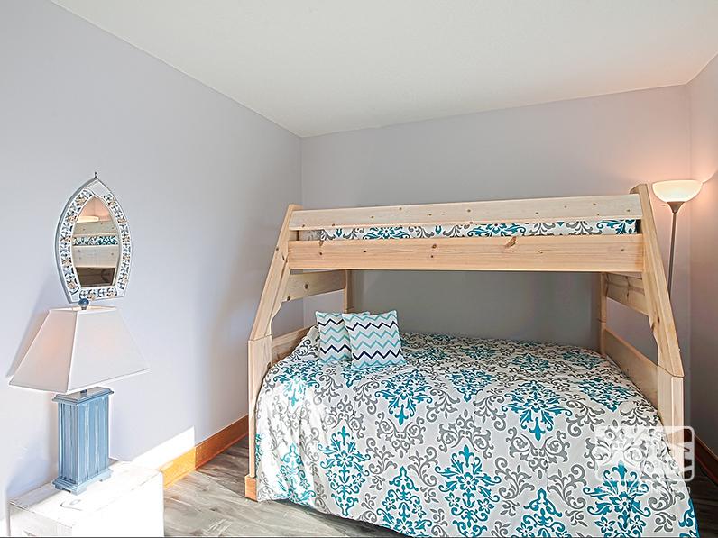 Mid-Level Pyramid Bunk Bedroom